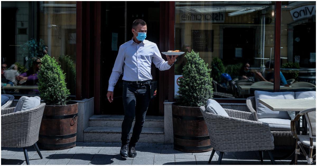 Hétfőtől szigorodnak a maszkviselés szabályai - Éttermekben, szórakozóhelyeken is kell a maszk